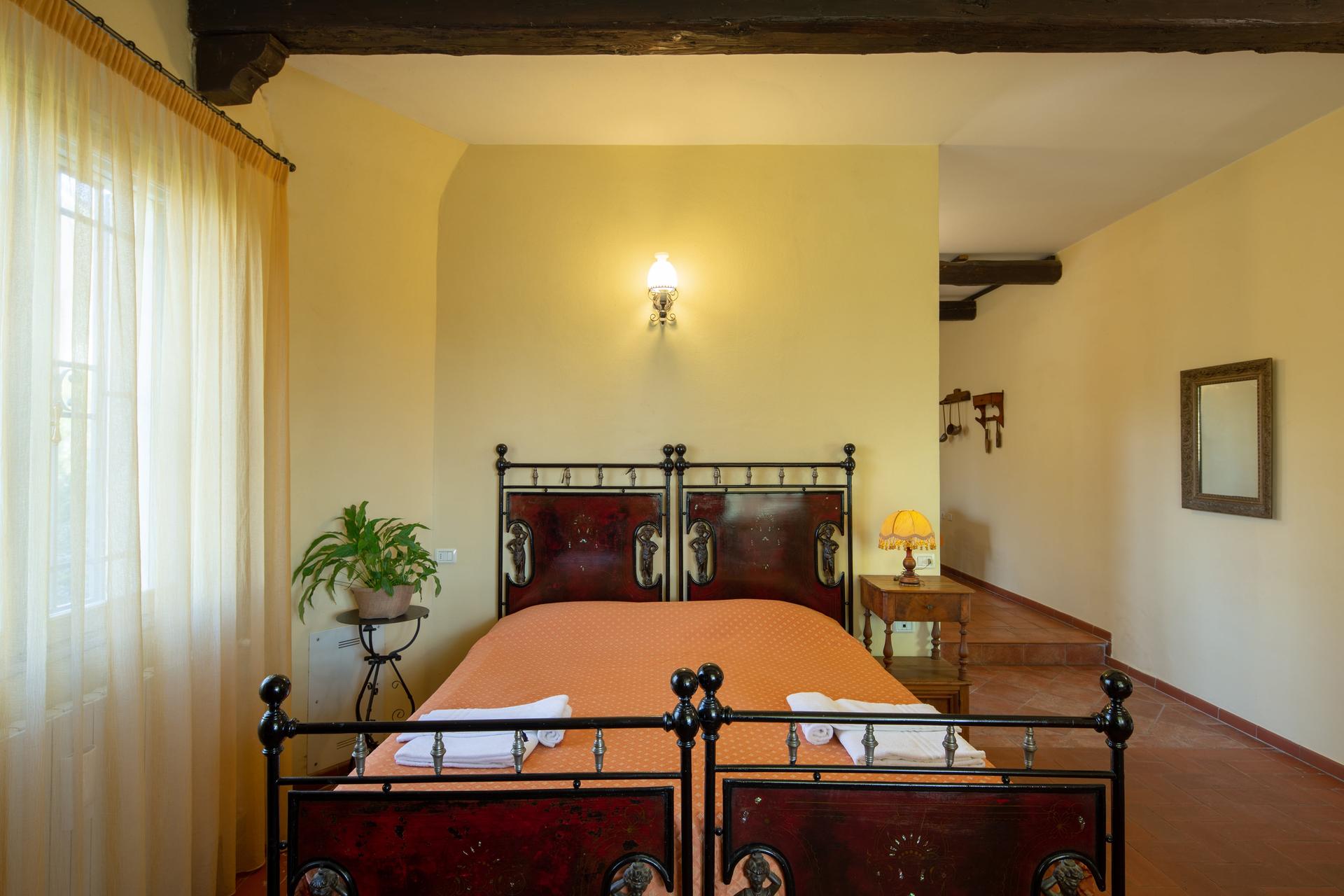 Agriturismo-La-Torretta-Appartamento-3-e-sala-04-min